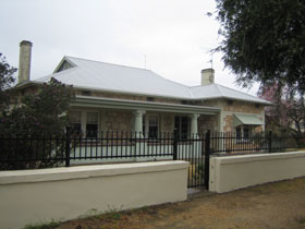Naracoorte Cottages - MacDonnell House - Carnarvon Accommodation