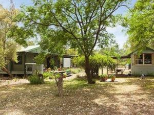 Red Tractor Retreat - Carnarvon Accommodation