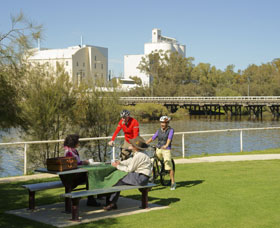 Avon River - Carnarvon Accommodation