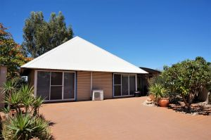 Osprey Holiday Village Unit 110 - Wake up to the birds in your 4 poster bed with a view - Carnarvon Accommodation
